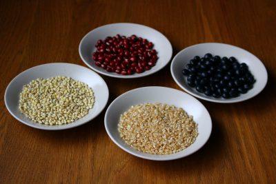 (手前左)もち麦、(手前右)発芽玄米、(奥左)小豆、(奥右)黒豆