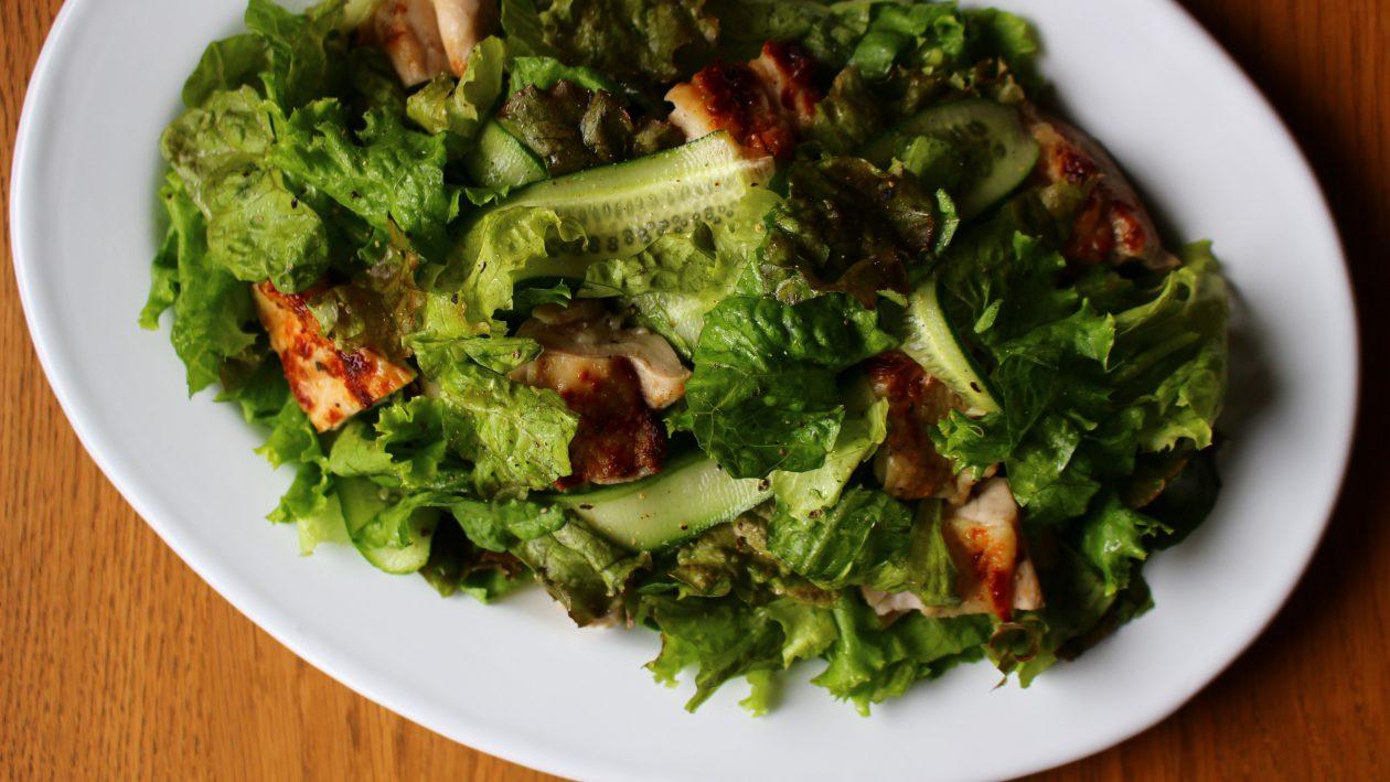 グリルチキンとたっぷり野菜のサラダ