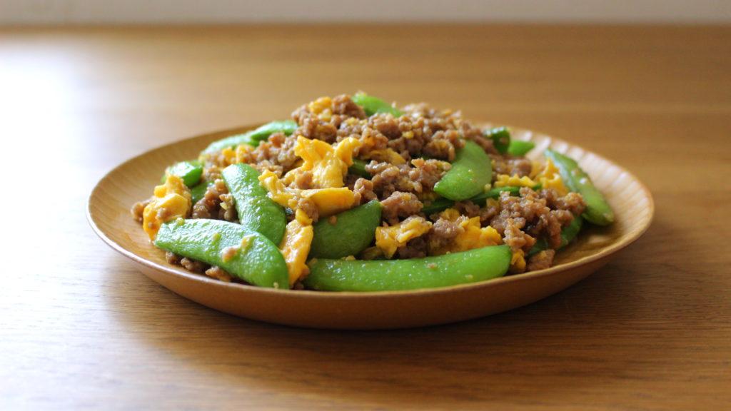 スナップエンドウと卵、ひき肉の炒め物