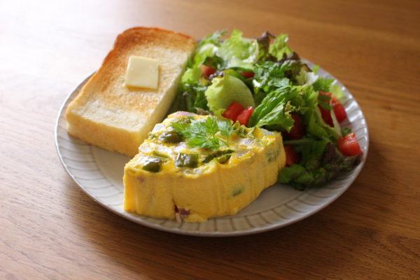 オムレツとパンとサラダ