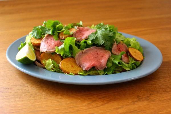素揚げのじゃがいもとローストビーフのサラダ