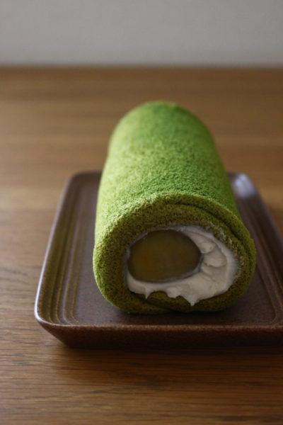栗と白あんクリームの抹茶ロールケーキ