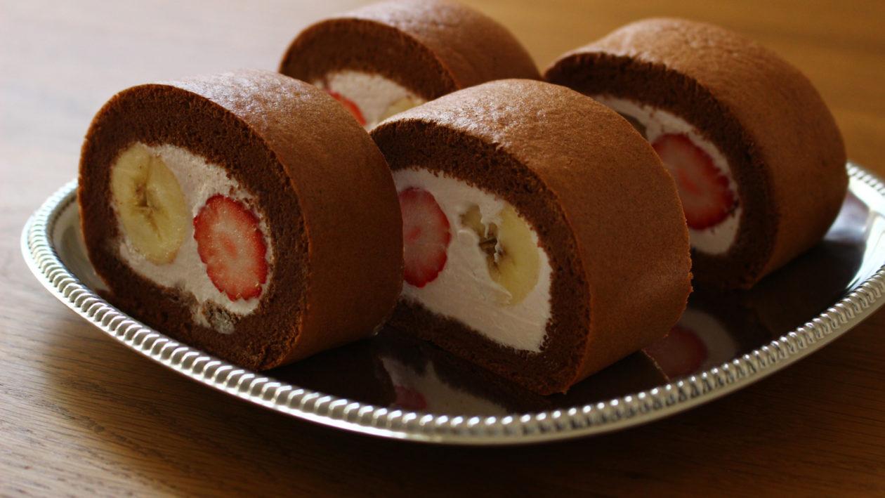 いちごとバナナのチョコロールケーキ