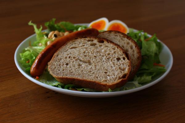 黒パンとサラダ