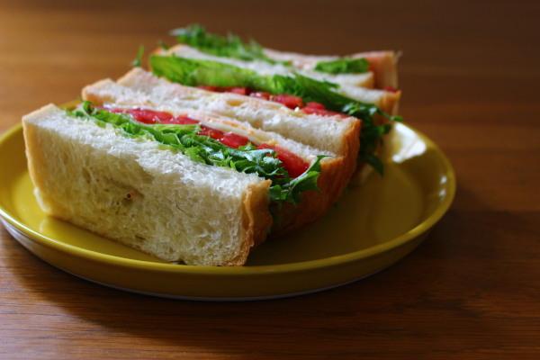 トマトとレタスのサンドイッチ