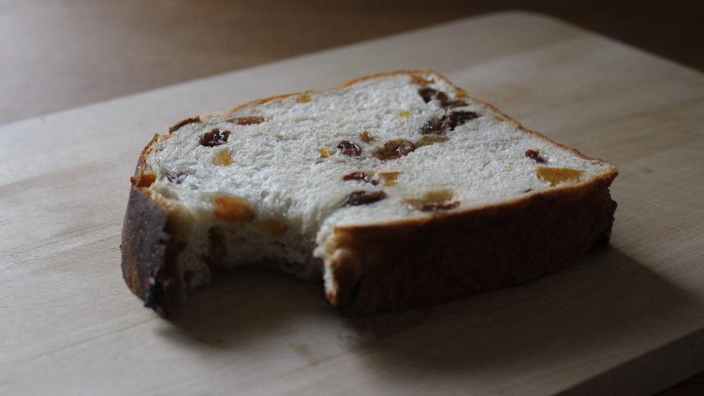 はっさくピールとぶどうの食パン
