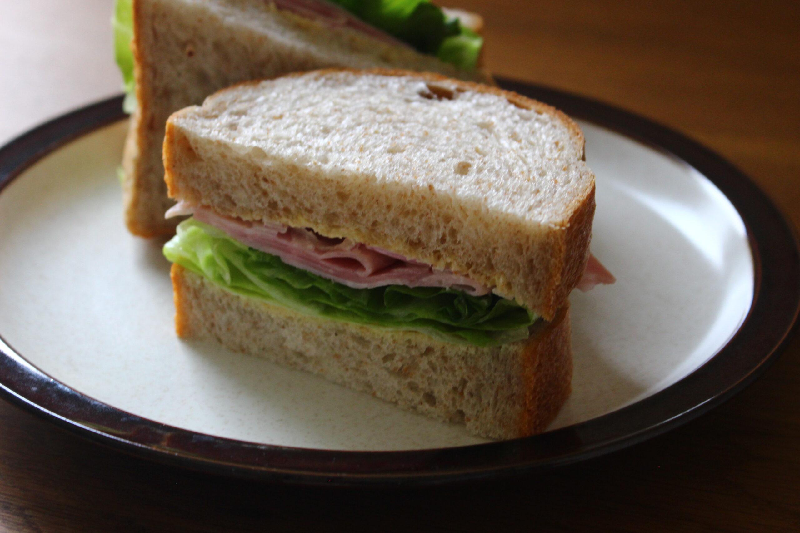 全粒粉パンのレタスとハムのサンドイッチ