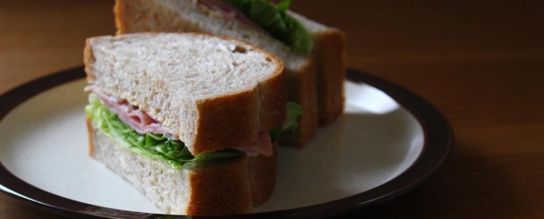全粒粉食パンのレタスとハムのサンドイッチ