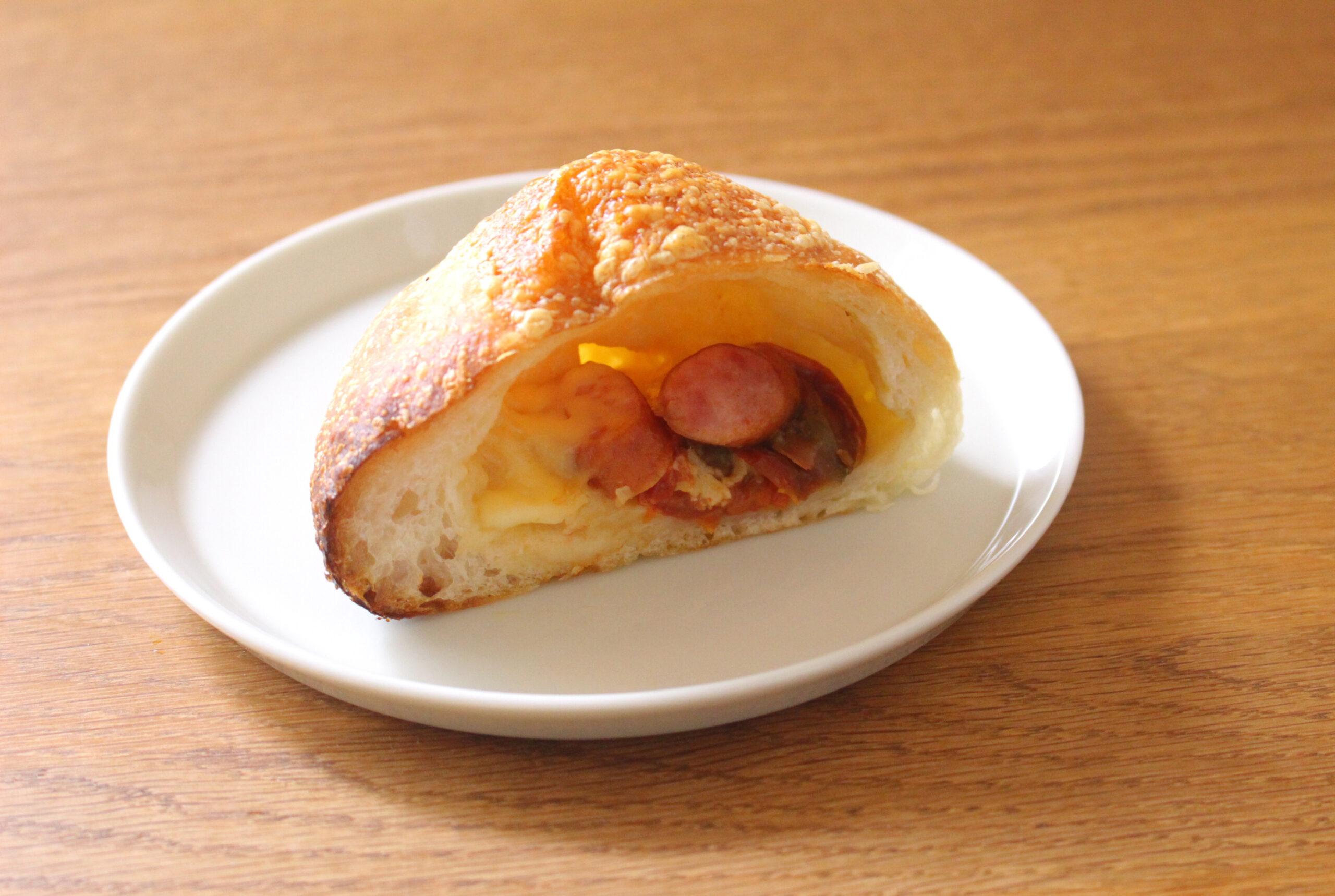 セミドライトマト、ウインナー、ゴーダチーズのパン